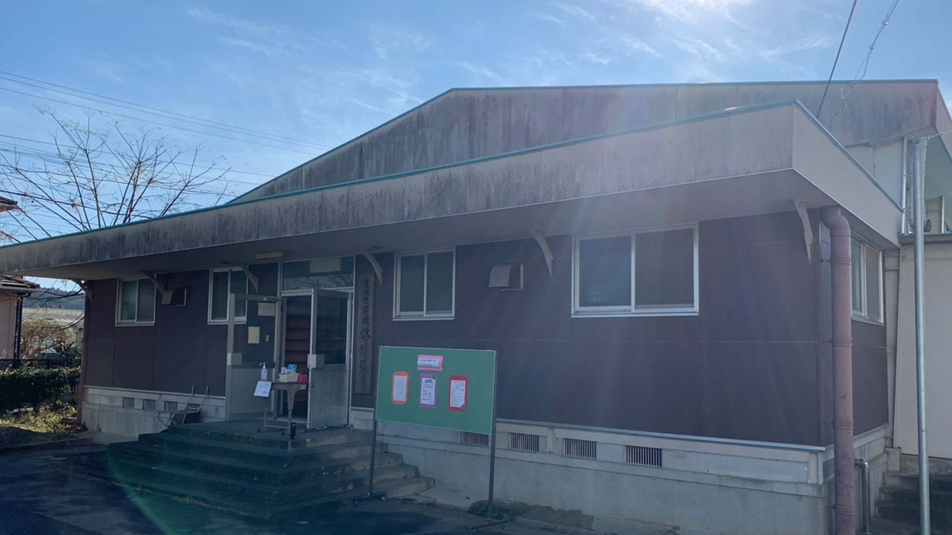 豊岡中学校の体育館の画像。クリスマスバザーの会場写真