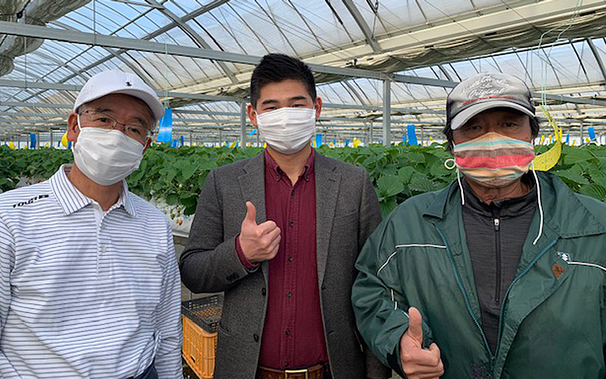 マラナタ代表の呉とススキサポートの代表取締役社長、岡部社長。磐田シティファームの工場長鈴木工場長の3人での写真