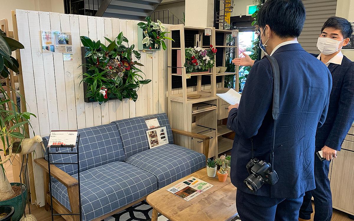 ご家庭で使える簡単壁面緑化プランターの説明をする画像