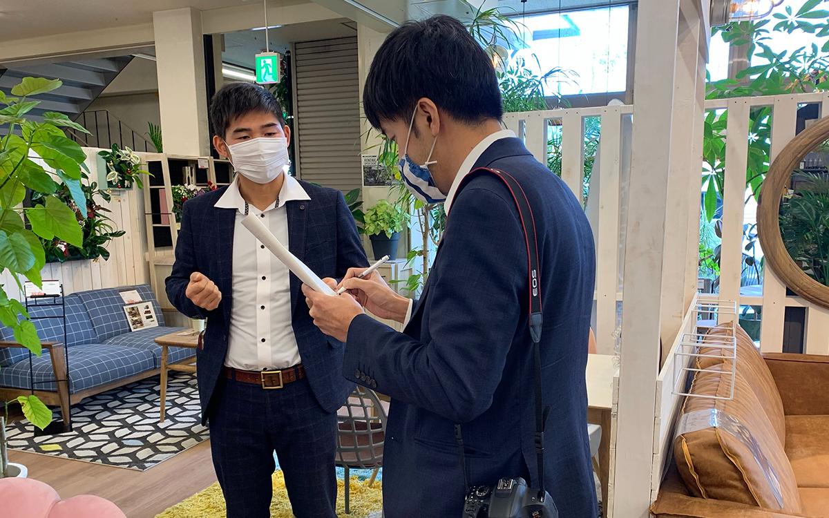 中日新聞の取材を受ける、マラナタ代表の呉徳尚