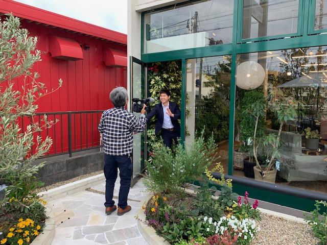 元気!しずおか人の撮影風景の画像。場所は石原和幸氏の作ったマイサカ家具のお庭から